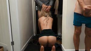 玄関露出15 配達のお兄さんを誘惑 真横で旦那が隠れてオナ